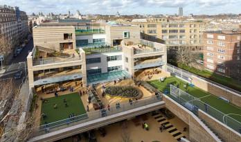 """占地虽小,但这座学校用""""花园露台""""创造了丰富多样的室外游乐区"""