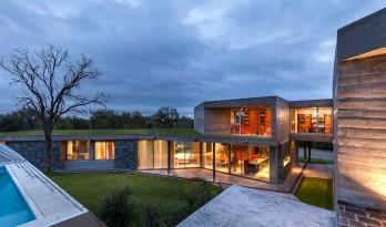 一座与地貌融合相生的斜坡住宅