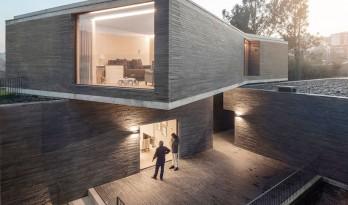 新旧元素在这座现代住宅和谐共存
