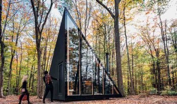 BIG在森林中设计的三角形模块化小木屋