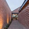 粗糙的红砖砌筑起这座精致的住宅