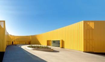 在犯罪率最高的动荡城市,重建起这座鲜黄的高中校舍