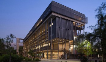 Aulas大楼:一座由树干状的柱子支撑起的知识的仓库