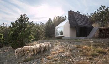 现代的抽象与田野的自然以黑白体块创意拼接——Divcibare住宅