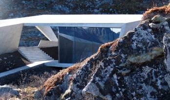 """散落的混凝土和玻璃仿佛有了生命,变成一块块长在环境""""岩石"""""""