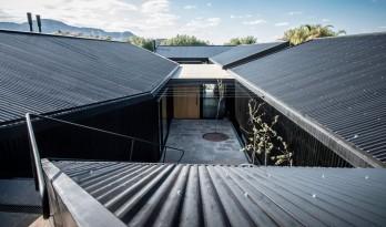 独特的坡屋顶打造醒目的视觉,萨多西Bugatti住宅