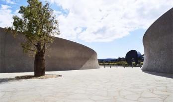 大地中一道优美的弧:PT Leo葡萄酒雕塑庄园