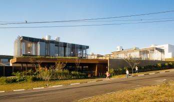 把房子抬高建在空中草坪上的双子住宅