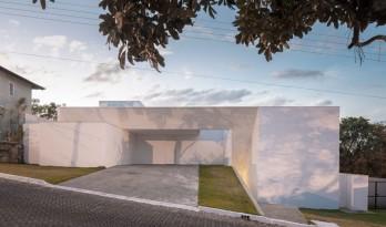 纯白盒子的无规则堆叠 — Cora坡地住宅