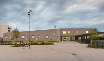 """""""白+黑""""的空间—奥热瓦勒社区中心及活动大厅"""