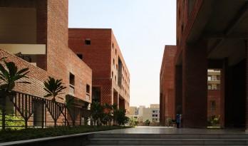 红砖绵延,光影斑驳—学生宿舍综合体建筑