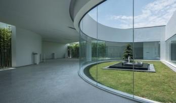 将三个不同姿态的院子植入建筑,形成了一个隔而不绝的独立世界 — 丰盈·耕石艺术馆