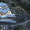挑战42度倾角山地  — 悬崖上的住宅 / GilBartolome Architects