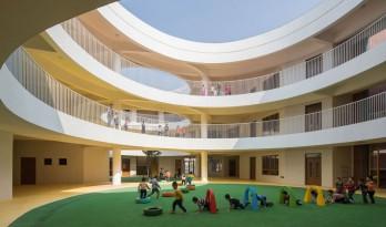 厦门 / 孩子们在明亮流畅的中庭内肆意地奔跑 —— 新南幼儿园