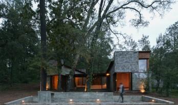 灵活游走于松林之间的石头小屋