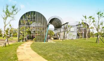 """通过材料和结构的排布将气候""""分开"""" —— 与植物共生的""""温室之家"""""""