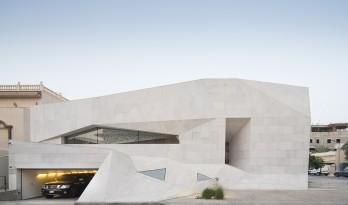 住在艺术馆?宛若折纸的岩石住宅