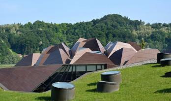 这个家庭水疗中心的屋顶有点意思