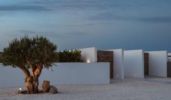 连绵又笔直的白色墙体,爱琴海边上的草原住宅