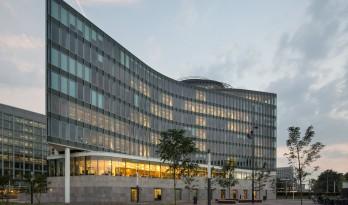 三角形布局与曲面弧形在几何形式的精妙结合——Stibbe法务总部大楼