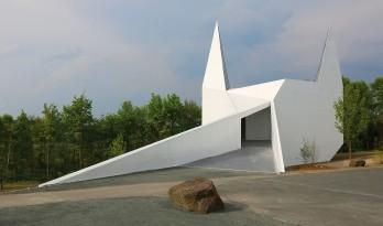 几何象形般的三维体块:西格兰白色乡村教堂/schneider+schumacher