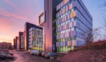与蓝天低语的多彩幕布:埃文特斯商务花园 / Arkkitehtitoimisto HKP