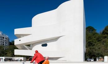 层叠交错的手指坡道,在规整的秩序中寻求变体 / Alvaro Siza建筑师事务所