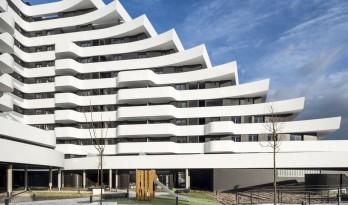 自由曲线构筑的白色雕塑:湖畔露台公寓