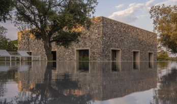 稳重而灵活:卡塞雷斯石头住宅 / Tuñón Arquitectos