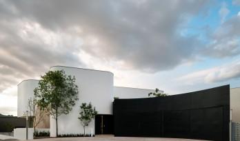 纯白的身形融入平和的世界:诺加尔别墅 / BGP Arquitectura