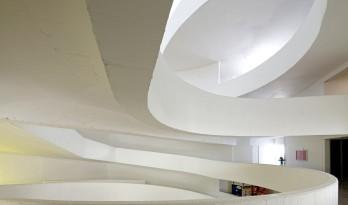 回环曲折的坡道交错纵横于变幻多姿的空间 / Santo Tomas学院中心