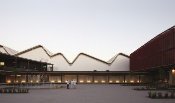 现代金属质感,自由波浪屋顶诠释跨越50年时空的工厂重构