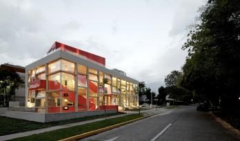 斑斓亮丽,置在路边的巨大都市展览柜:米勒公司美术展览馆