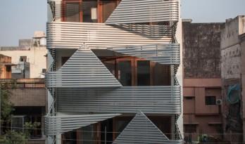 严格的几何形体打造的垂直住宅:印度143公寓 / Plan Loci