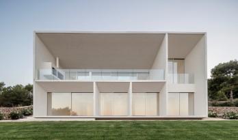 面向海边展开的大跨度观景台,极简自然的构架式住宅