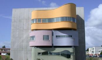 多年后一个被遗弃设计的重生,一面巨墙分割的立体住宅 / Wall House 2