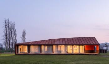 乡村草地上的红色棚屋:PH2住宅 / DX Arquitectos