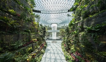 """萨夫迪""""新加坡樟宜机场""""建成,世界最高的室内瀑布正式对外开放"""