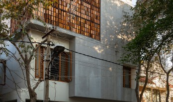 """立面格栅木板酷似""""算盘""""的印度独立住宅 / studioXS"""
