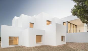 一览山远海阔!像素化体块堆叠而成的纯白T台别墅