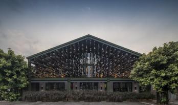 根根木条,仿佛从暗黑中涌来:植入自然的漂浮餐厅