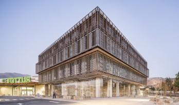 金属合金与木材的碰撞,打造的亲切而具质感的办公商业综合体