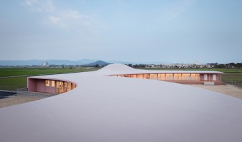 山形环绕,流动的河流:日本 Subaru 幼儿园 / RFA+CFA