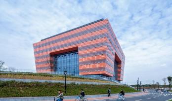 """沃野平原上的一盏""""大红灯笼"""":成都大学新图书馆 / 中国建筑西南设计研究院"""