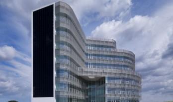 蓝白天幕下的巨大雕塑:意大利Forti Holding Spa 总部与办公楼 / ATIproject