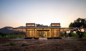 乡村静夜里的一盏路灯:Kaeng Krachan 图书馆 / Junsekino architects and Design