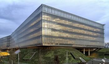 """轻轻""""躺""""在山丘上的玻璃盒子:加兰蒂银行科技园区 / ERA Architects"""