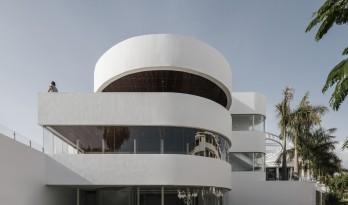 纯粹线条创造的优雅体量:弗拉明戈俱乐部酒店 / Zooco Estudio