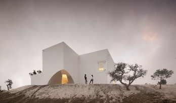 "荒漠上的白色雕塑""花"":Fontinha 住宅 / Aires Mateus + SIA arquitectura"
