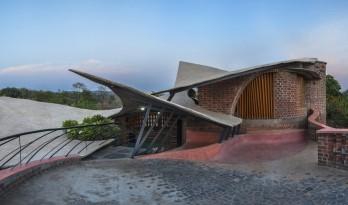 飞动的曲线映入乡村天际线:印度红砖之屋 / iStudio architecture